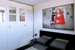 Chambre avec armoire de rangement